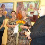 dailininkė E.Salnik (pirma iš kairės) parodos atidarymo metu