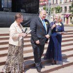 festivalio organizatorės: Irena Duchovska (kairėje), Kėdainių lenkų bendruomenės pirmininkė ir Danutė Kriščiūnienė (dešinėje), PKNPM direktorė ir klubo prezidentė, su miesto meru Vitalijumi Satkevičiumi